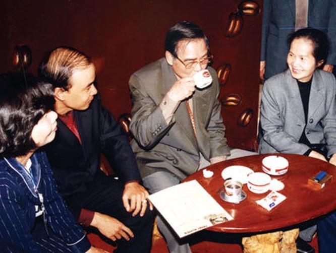Thủ tướng Phan Văn Khải thưởng thức cà phê Trung Nguyên