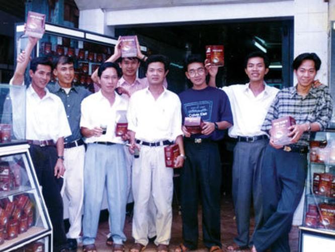 """Cùng nhóm bạn tại """"hãng cà phê ọp ẹp nhất"""" năm 1996 (Nguyên Vũ đứng thứ 2 từ trái)"""